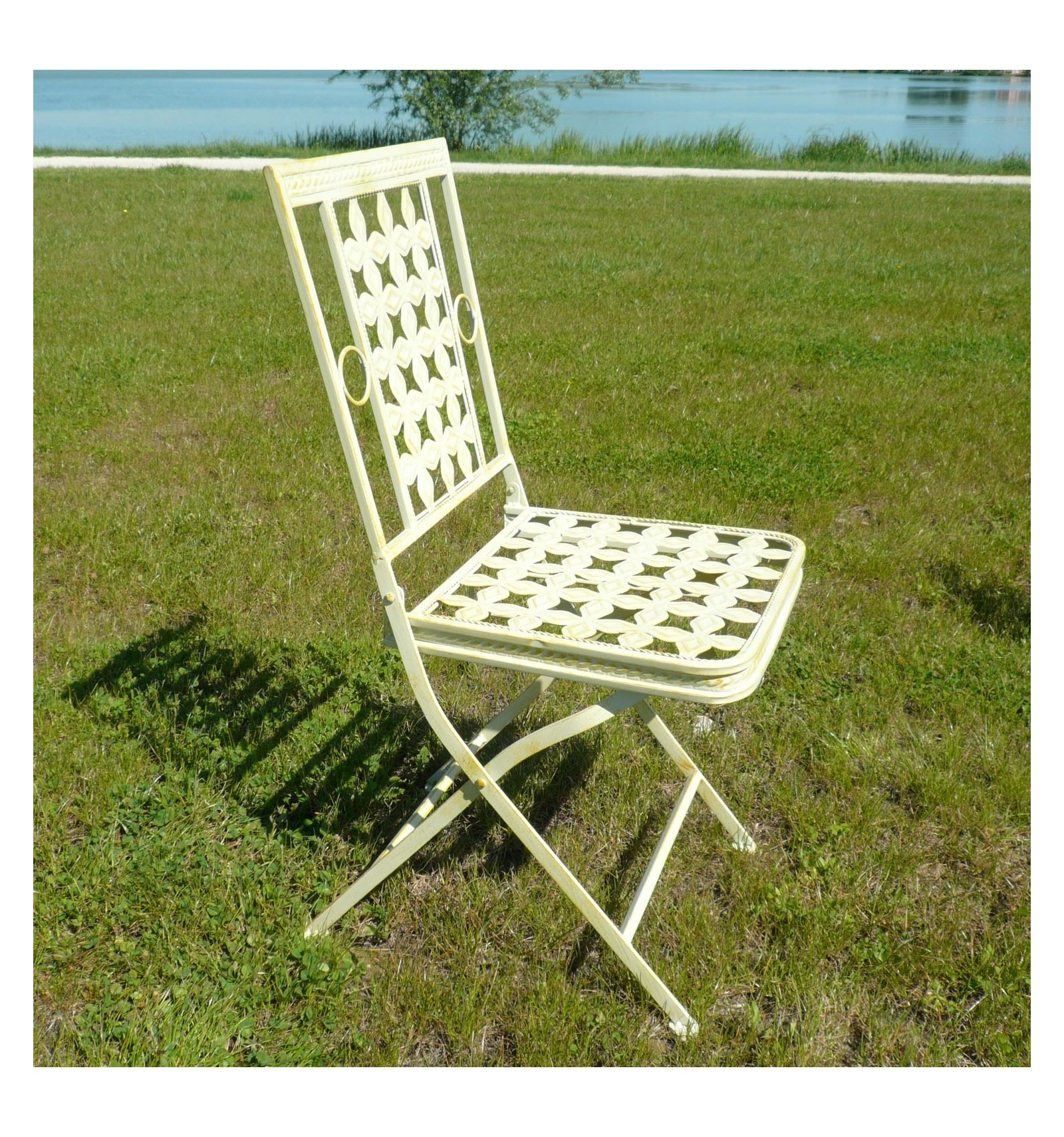 Garden furniture in wrought iron with a round table and 4 for Wrought iron garden furniture
