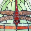 Lampe im Tiffany-Stil mit einem Glasfenster, das eine Dekoration von Libellules bildet