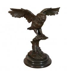 Bronsstaty av en uggla