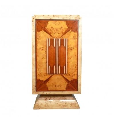 Bar Art Deco con puerta batiente.