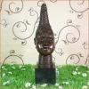 Estatua de bronce del busto de una mujer.