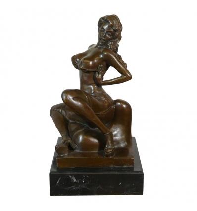 Statue en bronze érotique d'une femme nue assise -