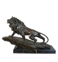 Statue en bronze d'un lion sur un rocher