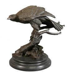 Escultura de bronce de un águila.