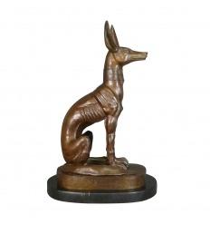 La estatua de bronce de Dios Anubis