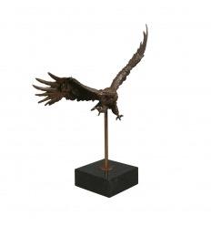 Bronsstaty av en örn