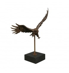 Estatua de bronce de un águila.