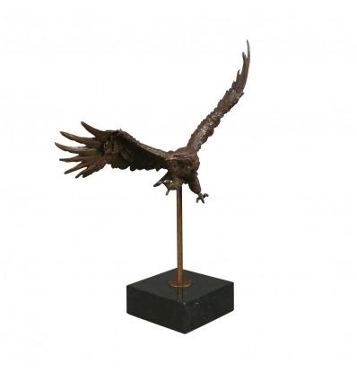 Bronsstaty av en örn -