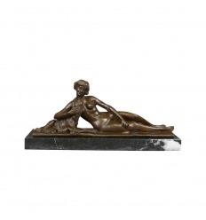 Staty i brons av en naken kvinna liggande