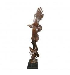Estatua - escultura de bronce de dos águilas de oro.