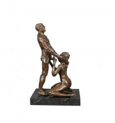 Estatua de bronce de una mujer y un hombre.