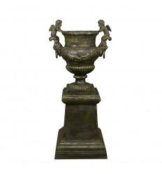 Jarrón de hierro fundido con querubines - H: 95 cm.