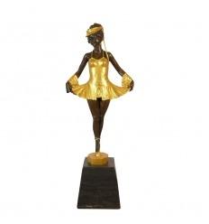 Estatua de bronce de una joven bailarina con bailarinas.
