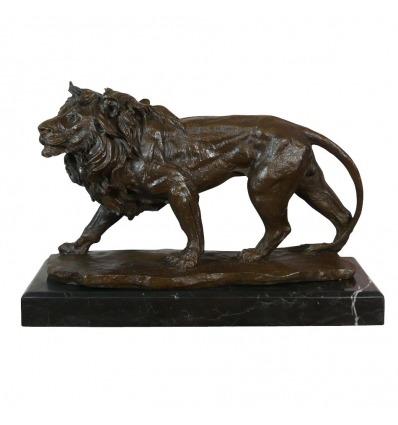 Lion en marche dans la jungle - Statue en bronze
