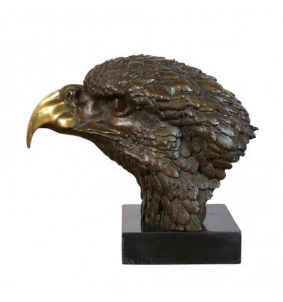 Estatua de bronce de la cabeza de un águila.