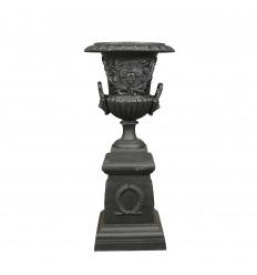 Vase Médicis en fonte de fer noire avec socle - H: 103 cm