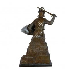 Escultura de bronce de un guerrero medieval.