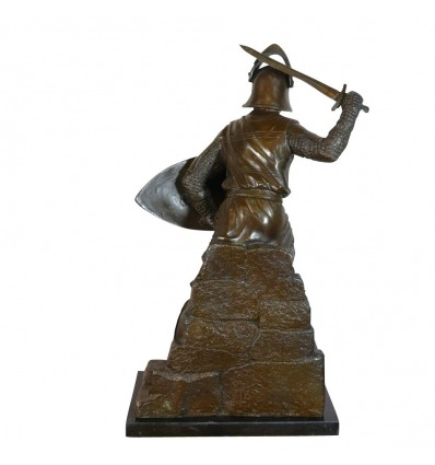 Esculturas de bronce de un guerrero medieval.