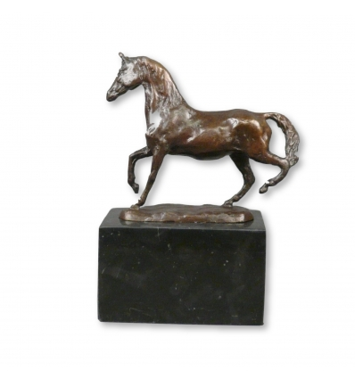 Pronssinen hevonen patsas