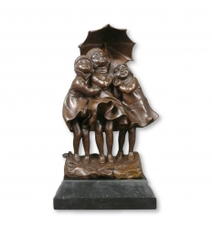 Estatua de bronce - Tres chicas bajo la lluvia