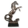 Statue en bronze d'un cheval cabré sur un socle en marbre noir -