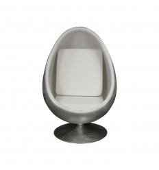 Krzesło lotnika z białym jajkiem