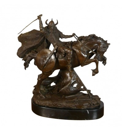 Estatua de bronce de un guerrero vikingo en su caballo. -