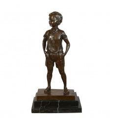 Estatua de bronce de un niño en pantalones cortos.