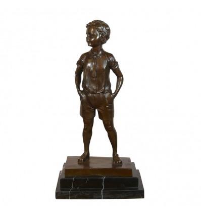 Bronzestatue eines Jungen in kurzen Hosen