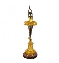 Estatua de bronce de una bailarina.