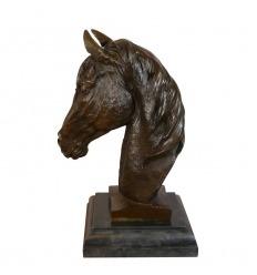 Estatua de bronce del busto de un caballo.