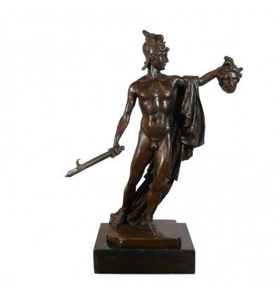 Bronzestatue von Perseus hält den Kopf der Medusa