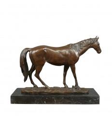 Escultura de bronce de un caballo