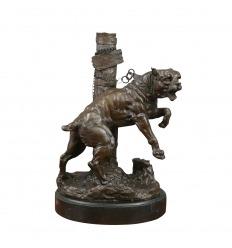 Estatua de bronce de un bulldog atado a un palo.