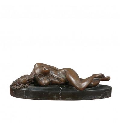 Escultura erótica en bronce de una mujer desnuda.