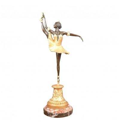 Estatua de bronce de una bailarina patinada en estilo art deco marrón y dorado -