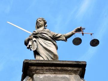 Statue en pierre de la déesse de la justice