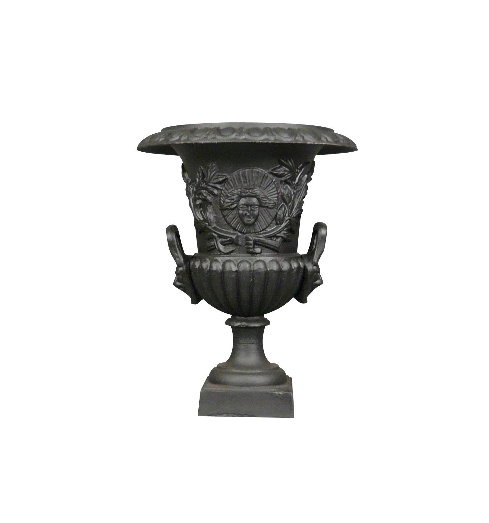 Vase Medicis en fonte de fer noire
