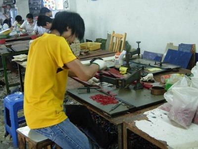 Le diverse fasi di fabbricazione di una lampada tiffany.