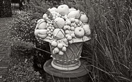 Vase médicis en pierre blanche